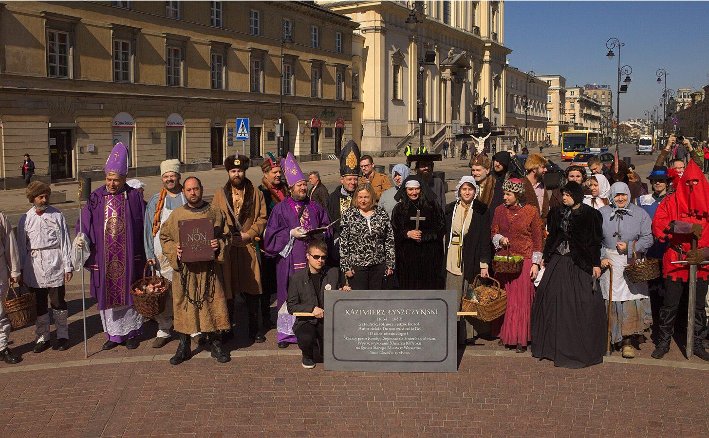 Pamiątkowe zdjęcie pod pomnikiem Kopernika